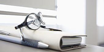 法人規定に伴う、煩雑な業務の負担軽減、事前に契約書類関係のチェックはお任せください。 また、保険の一括管理等も行っております。